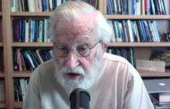 Noam Chomsky: Milyonlarca kişi işini ve evini kaybederken Trump pandemiyi milyarderleri zenginleştirmek için kullanıyor